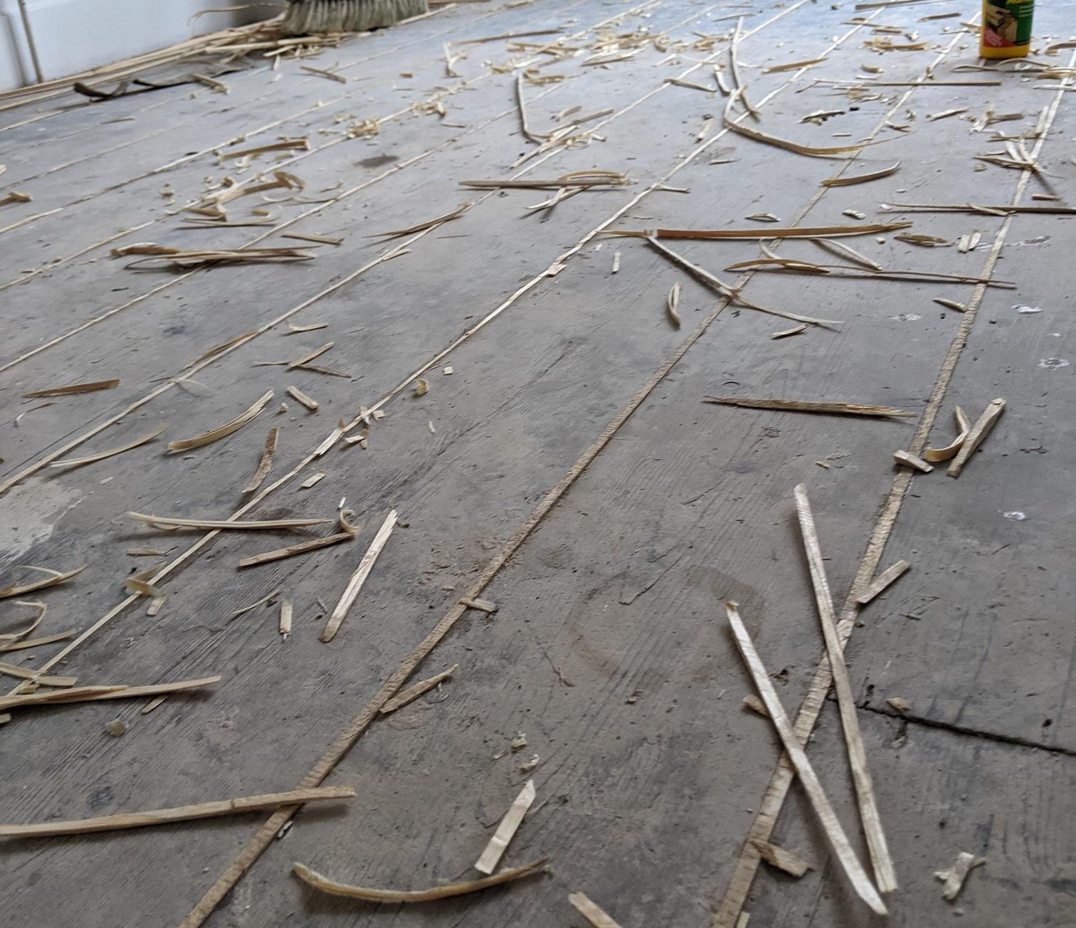 Filling between wooden floorboards with slivers